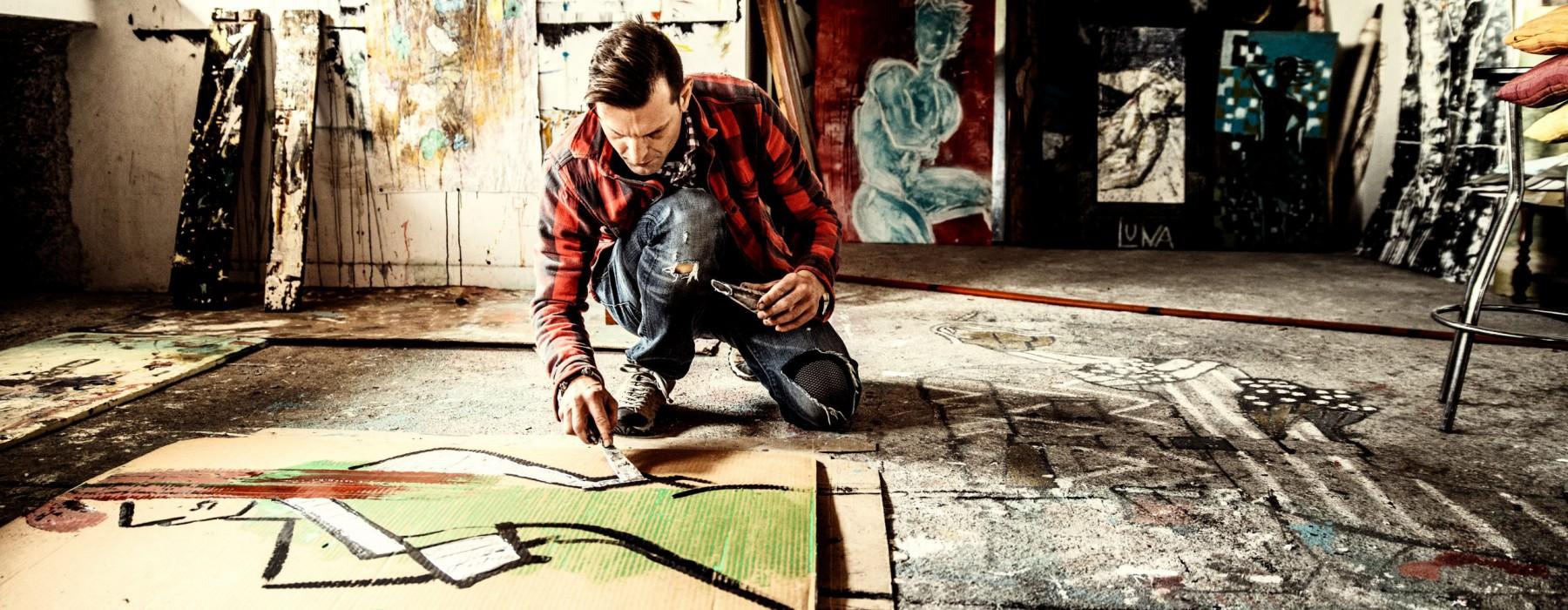 Artiest in zijn atelier