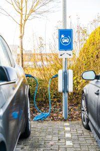 Elektrische opgeladen auto